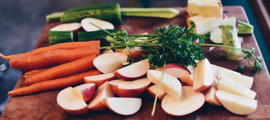 Como consumir alimentos crus sem se preocupar com a COVID-19